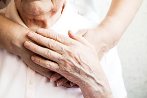helping elderly woman with her hospice care evaluation